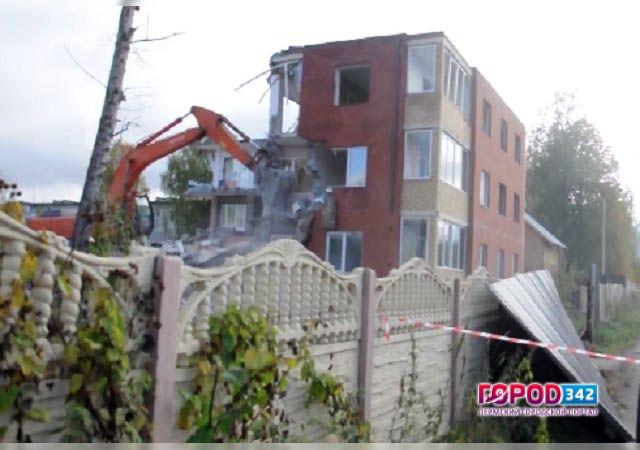ВПерми начали сносить самовольно основанный дом
