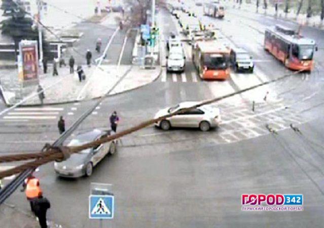 Тройное ДТП нарельсах вцентре Перми: трамваи снова стоят
