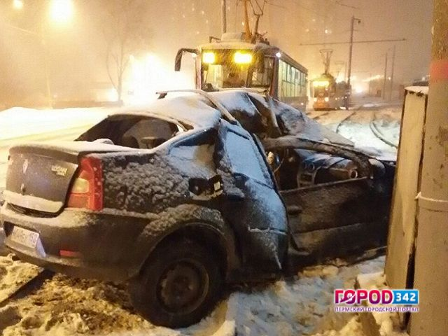 Такси разбилось остолб вПерми натрамвайных путях