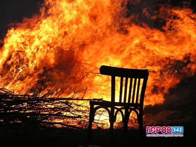Ночью вПерми зажегся многоквартирный деревянный дом