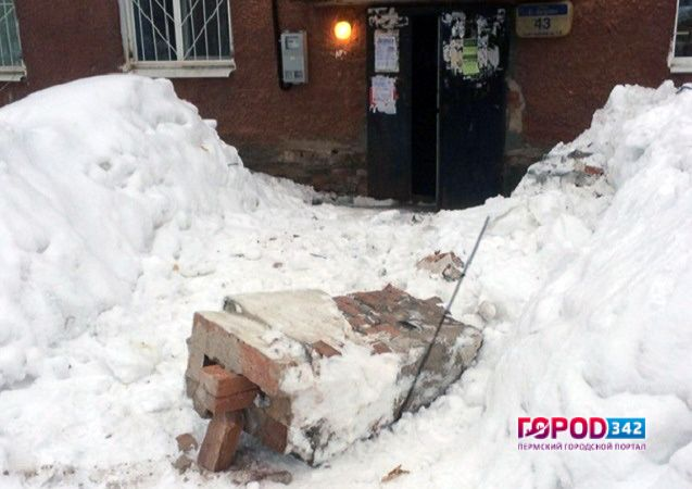 Свидетели: вПерми труба кирпичного дома упала прямо перед подъездом