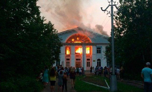 ВПермском крае 4 часа тушили пожар вДоме культуры